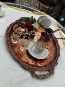 Güllü lokum ve türk kahvesi